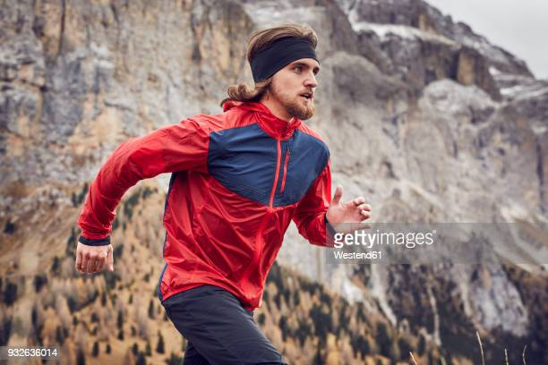 man running in mountains - sportkleidung stock-fotos und bilder