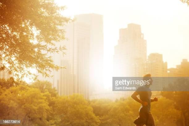 Mann läuft in der Stadt park