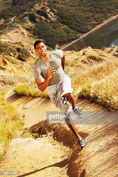 Hombre corriendo en pista