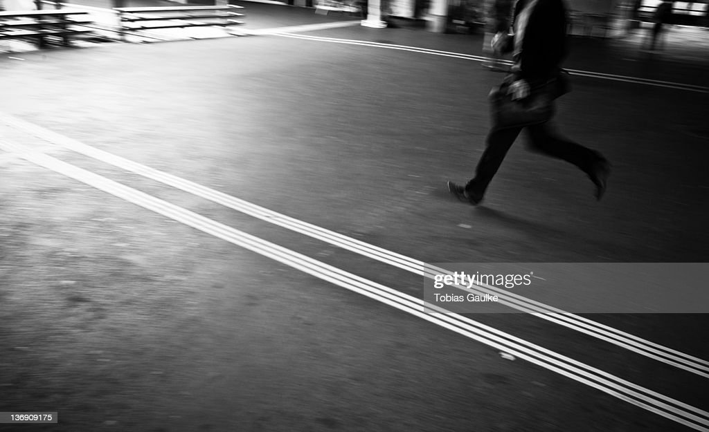 Man running on train station platform : Stock-Foto