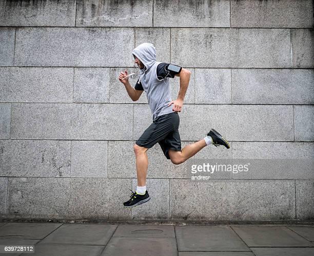 hombre corriendo al aire libre - chándal fotografías e imágenes de stock