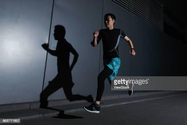 a man running outdoors - homens de idade mediana - fotografias e filmes do acervo