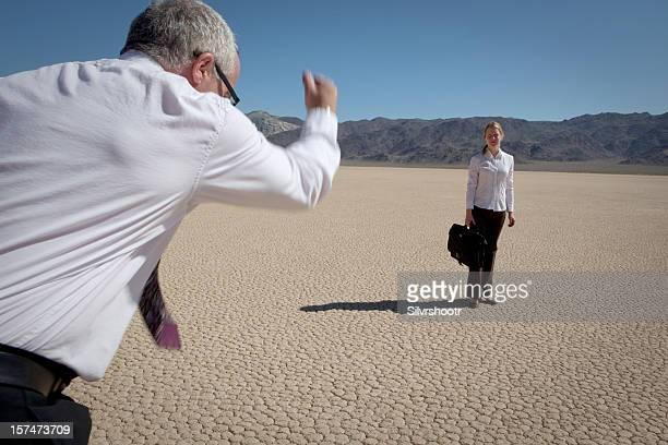 Mann läuft in Richtung einer job-Kandidat