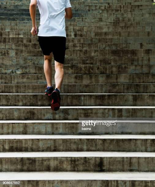 Man loopt buiten trap