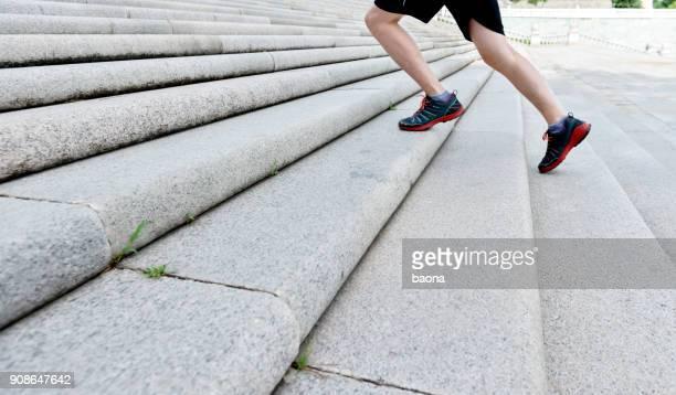 Man loopt op stenen trap
