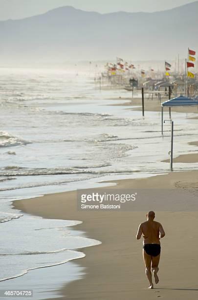 CONTENT] A man runs to meet his destiny in a lonely beach in Lido di Camaiore