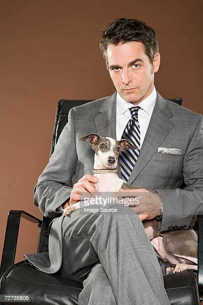 男性の椅子に座りながら犬