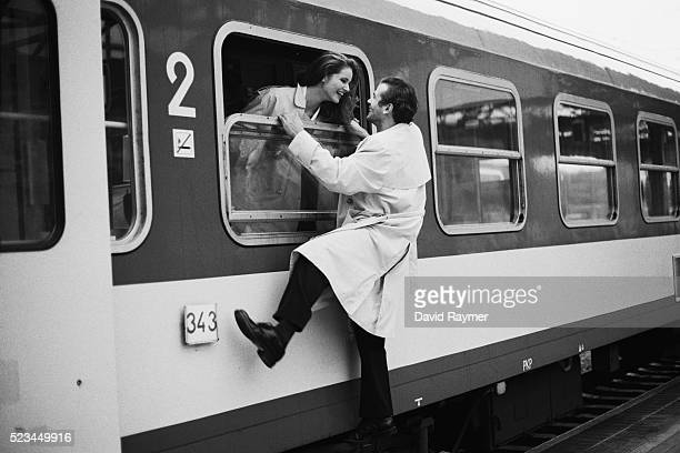 man saying goodbye to woman on train - mid volwassen koppel stockfoto's en -beelden