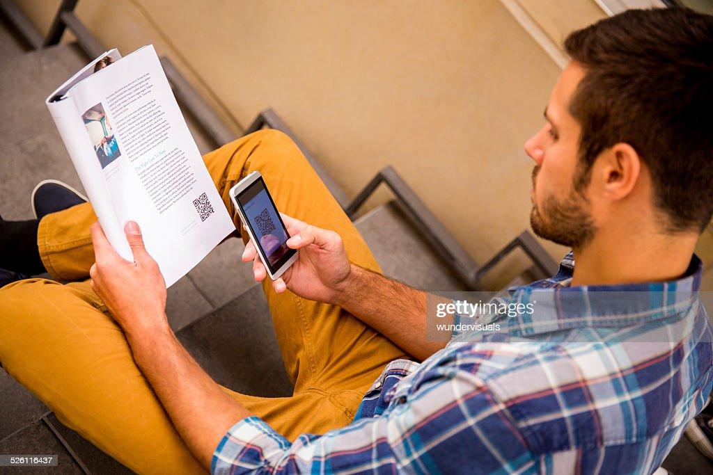 Homme de numérisation QR Code avec téléphone : Photo