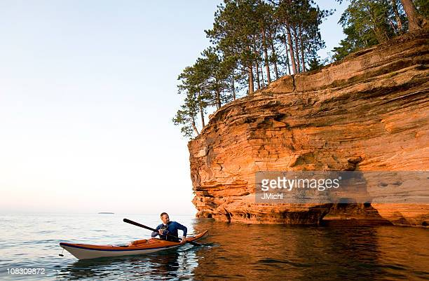 Homem Caiaque no Mar nas Ilhas Apostle National Lakeshore.