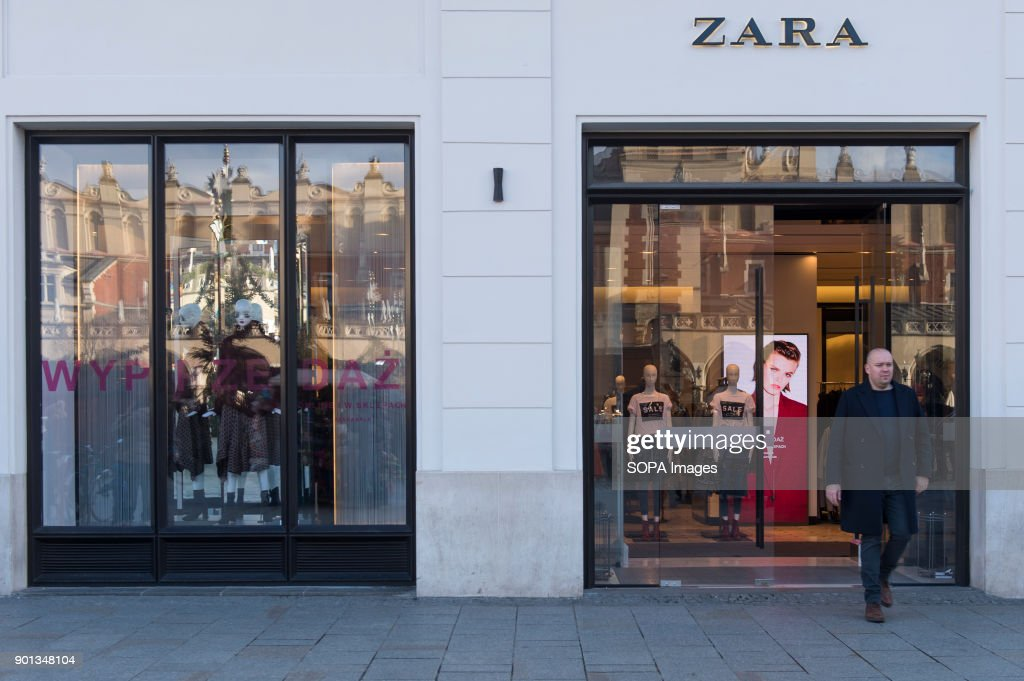 A man seen leaving from a Zara shop in Krakow... : News Photo