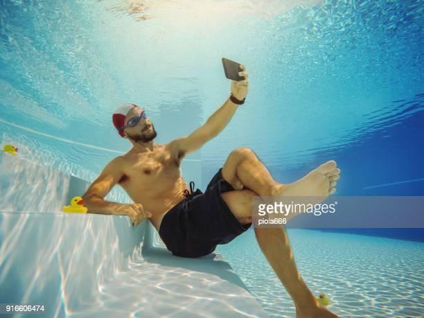 携帯電話で水中男 selfie