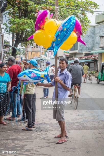 Mann, Verkauf von Luftballons auf der Straße