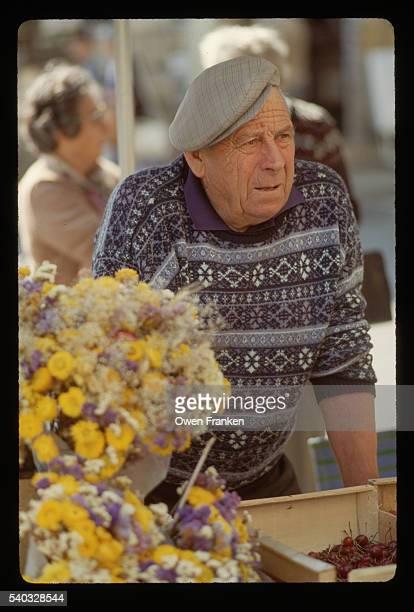 man selling cherries at an outdoor market - ベルジュラック ストックフォトと画像