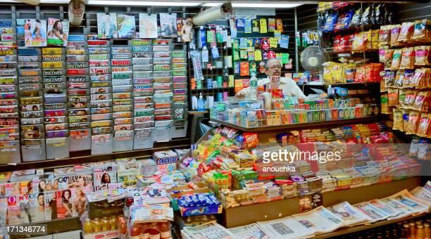 hombre vender periódicos, revistas y refrigerios en la ciudad de nueva york - treats magazine fotografías e imágenes de stock