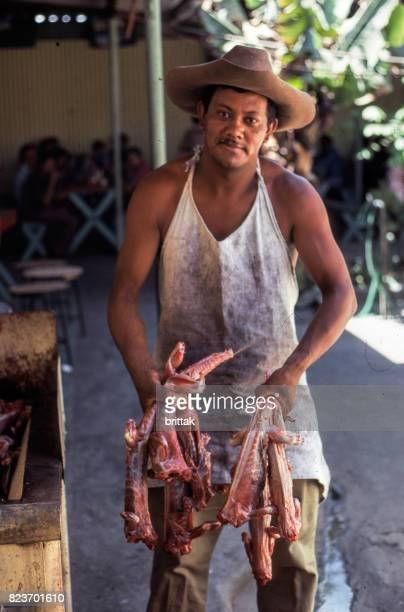 piel de hombre venta de lagartos en el mercado de san salvador - san salvador fotografías e imágenes de stock