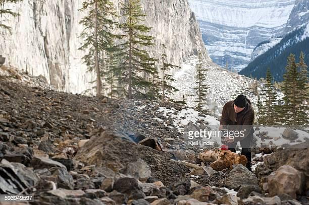 man sets up camp in the mountains - fleecejas stockfoto's en -beelden