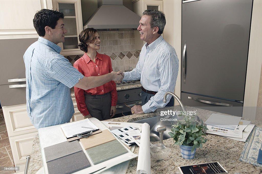 Man shaking hands with interior designer : Stockfoto