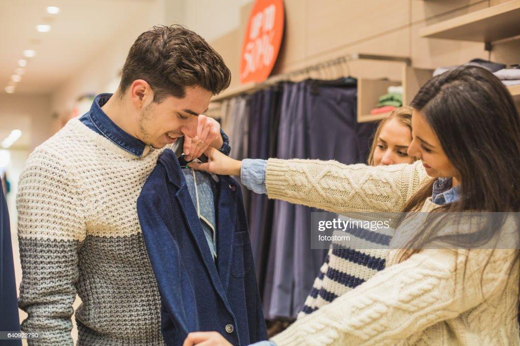 男の服のための買い物の友人が彼を助ける : ストックフォト