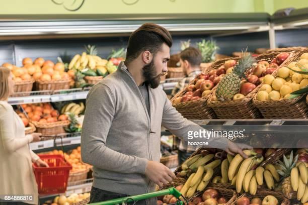 Homme épicerie au supermarché
