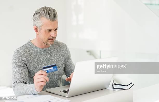 Homme shopping en ligne