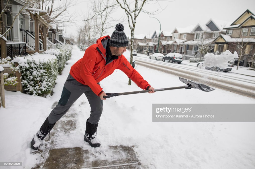 Man shoveling snow in winter : ストックフォト