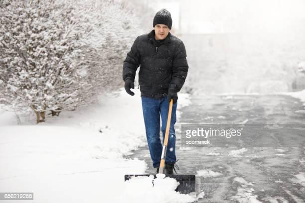Mann B. beim Schneeschaufeln