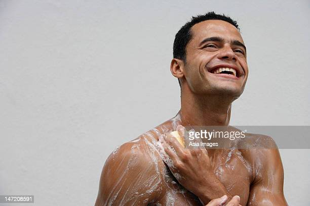 man showering - homme sous la douche photos et images de collection