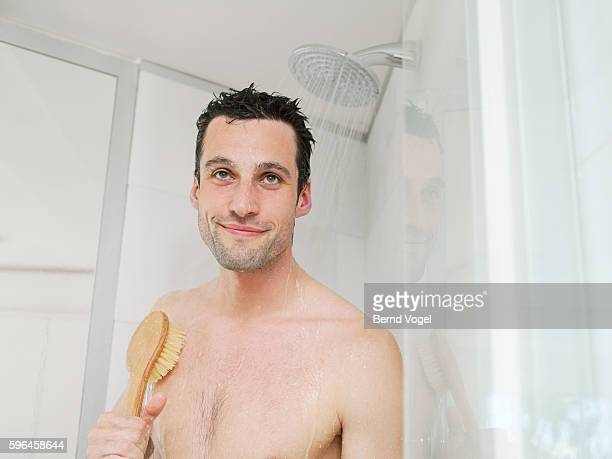 man showering - hombre ducha fotografías e imágenes de stock