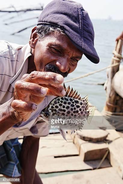 Homme montrant des poissons