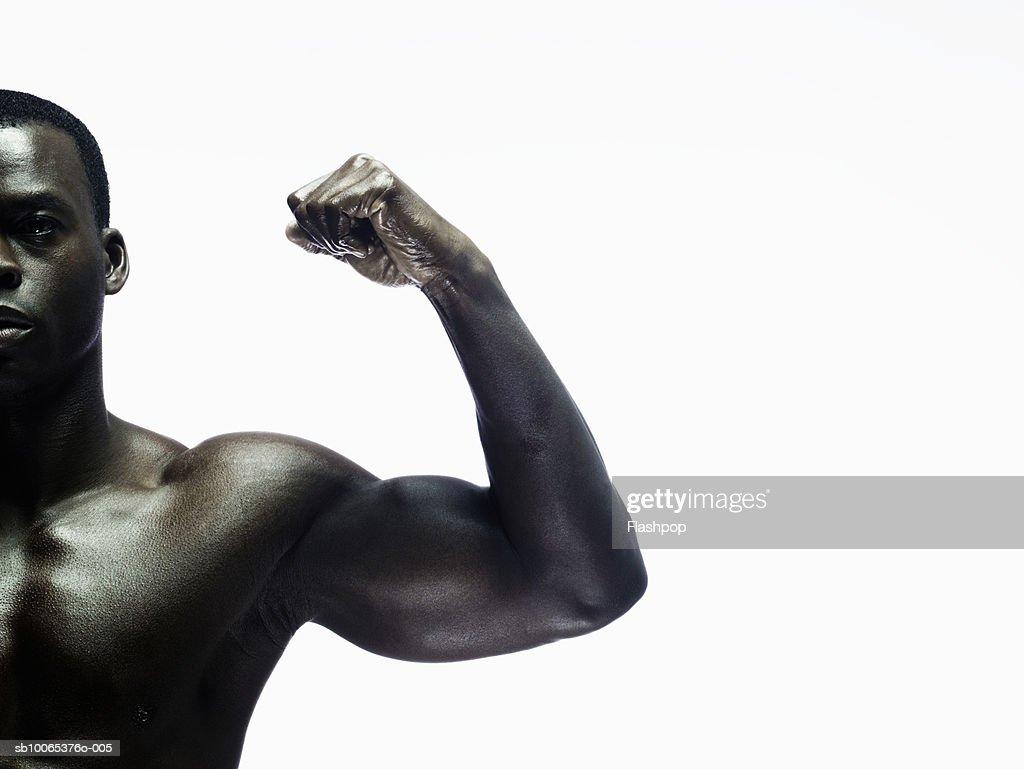 Man showing biceps, portrait, close-up : Foto stock