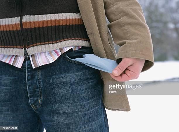 man showing his empty pockets - virada ao contrário - fotografias e filmes do acervo