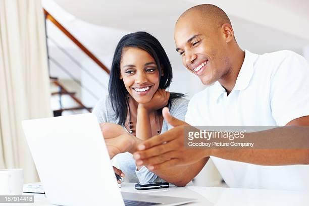 Hombre mostrando su esposa somthing divertido