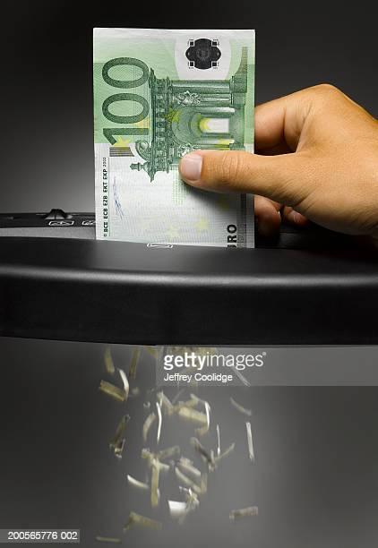 Man shredding one hundred Euro note