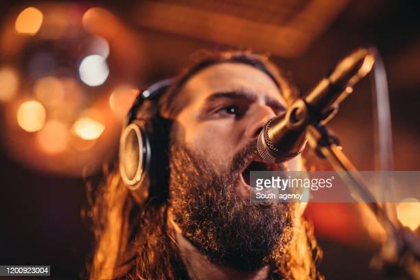chanteur d'homme chantant sur l'étape - musicien pop photos et images de collection
