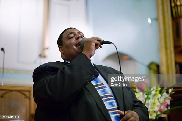 man singing in church - ゴスペルミュージック ストックフォトと画像