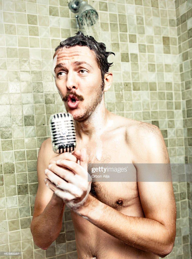 Hombre canta en la ducha : Foto de stock