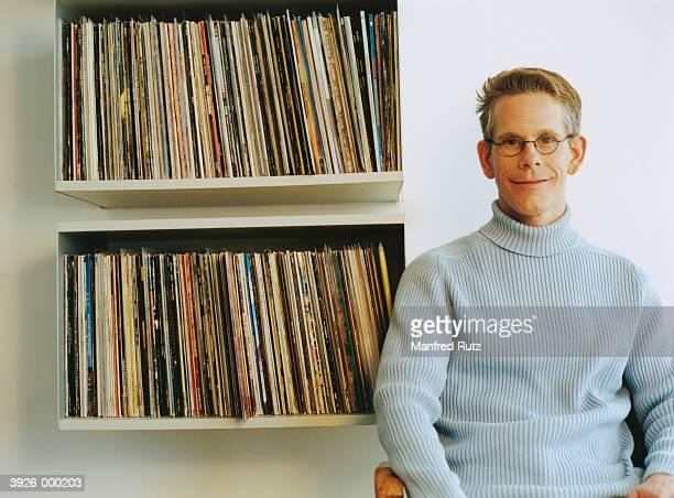 man sits by record collection - blusa de gola rolê - fotografias e filmes do acervo