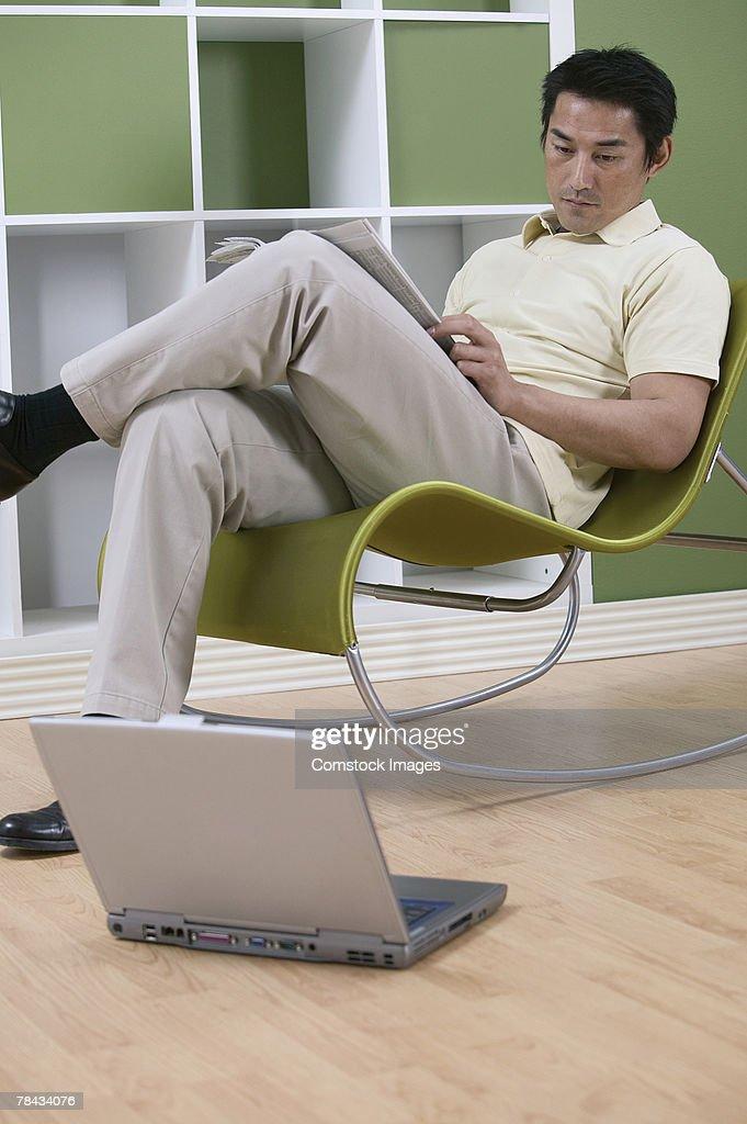 Man sitting by laptop : Stockfoto