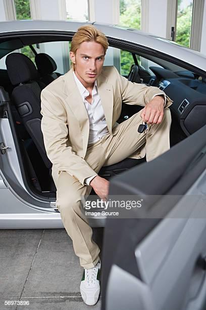 Mann sitzt in einem Sport Auto