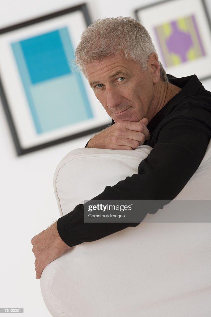 Man sitting in art gallery : Stockfoto