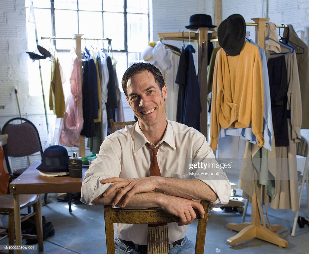 Man sitting in clothing studio, portrait : Foto stock