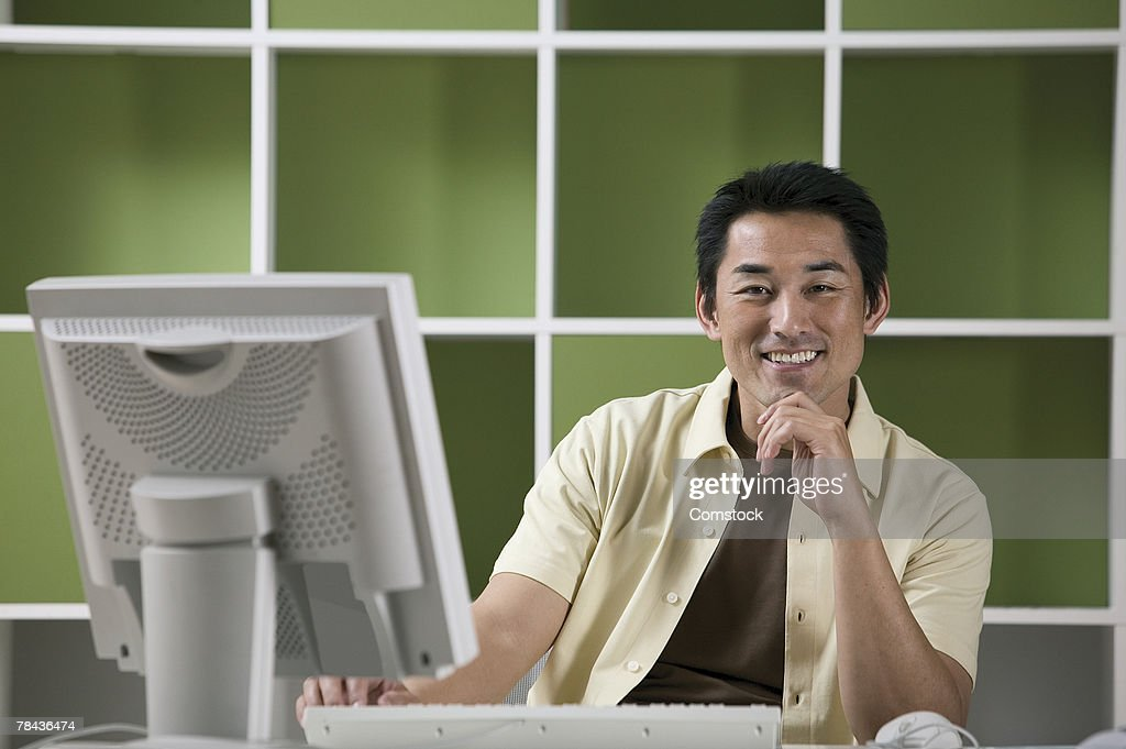 Man sitting in front of computer : Stockfoto