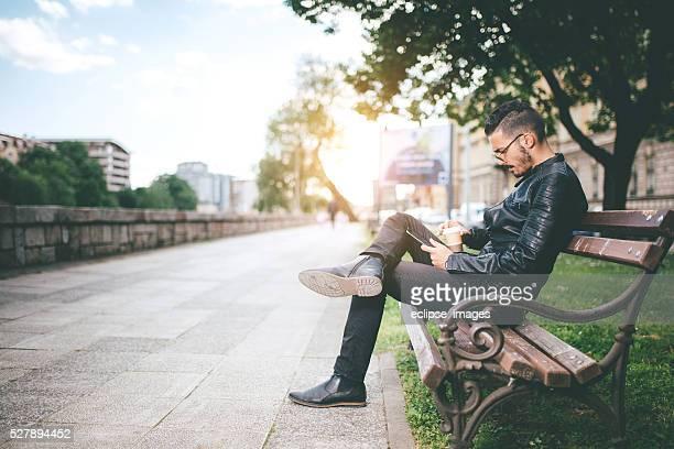 Homme assis sur un banc de musculation