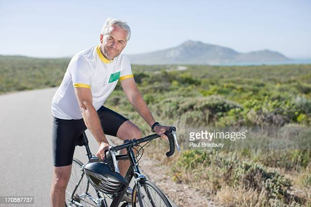 Mann sitzt auf einem Fahrrad
