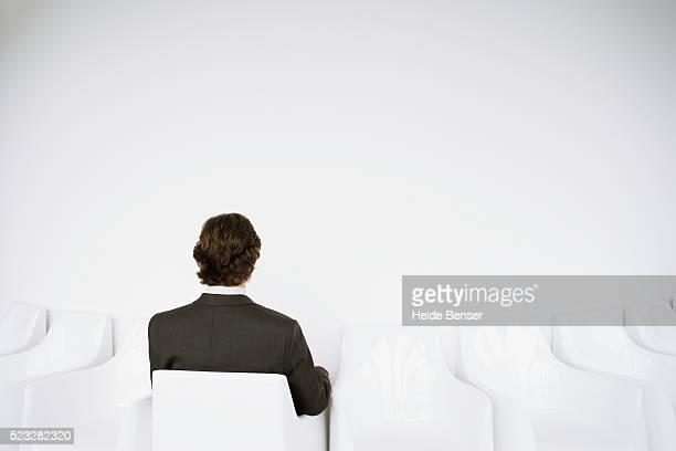 man sitting on chair - côte à côte photos et images de collection