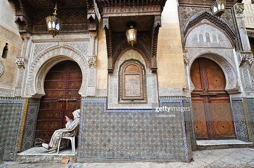 Man sitting on doorway : Foto stock