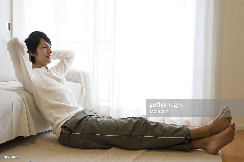 Homem sentado no Chão e descontraído : Foto de stock
