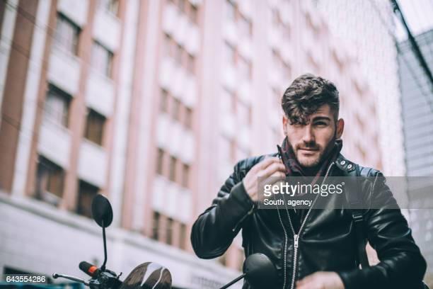 Hombre sentado en la motocicleta