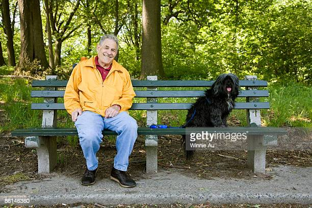 a man sitting with his dog on a park bench, prospect park, brooklyn, new york, usa - sitzbank stock-fotos und bilder